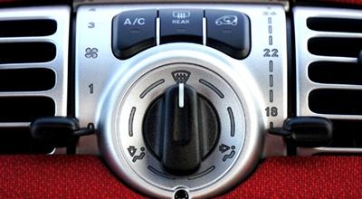 Aušinimo radiatorių keitimas ir remontas, kondicionieriaus radiatorių keitimas ir remontas, aušinimo skysčio keitimas, termostatų keitimas, aušinimo skysčio vamzdyno, žarnų keitimas ir remontas, aušinimo skysčio siurblių keitimas, ventiliatoriaus varikliukų keitimas ir remontas, termomovų keitimas, ventiliatoriaus sparnuočių keitimas ir remontas, salono šildymo radiatorių keitimas, kiti aušinimo sistemos darbai.