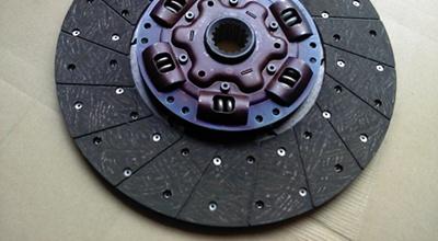 Sankabos disko, diskatoriaus, išminamojo guolio keitimas, smagračio keitimas, sankabos cilindrų keitimas ir remontas, sankabos valdymo lyno keitimas, sankabos pedalo mazgo remontas.